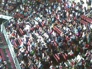 look at the crowd. itu baru satu side, dan satu tier. eee takot takot..
